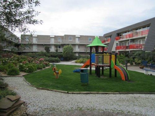 Speelplaats voor de allerkleinsten in de binnentuin van Amelander Paradijs